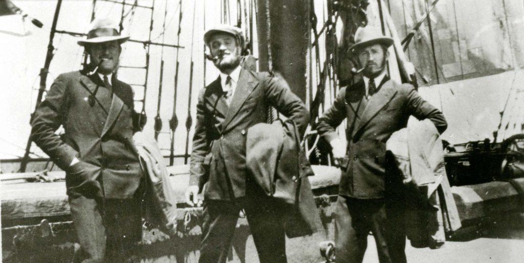 Tre sjömän i landgångskostym