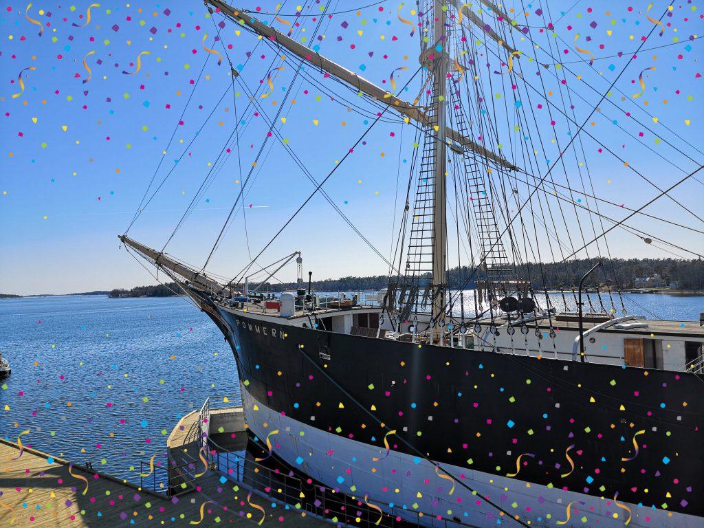 Ett stort segelfartygs för är fotat från sidan, vinkeln att man ser fören mot vänster. Skrovet är målat svart överst och vitt nederst. Inga segel är hissade.