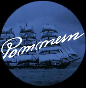 """En bild av ett segelfartyg, en fyrmastad stålbark, syns från sidan. Den har alla segel hissade och har ett svartmålat skrov. I bakgrunden syns hav och smått molnig himmel. Bilden har ett mörkblått filter och har inga andra färger. Bilden är klippt till att passa en perfekt cirkel. Texten """"Pommern"""" står i sirlig font i vitt diagonalt över bilden, med nedre delen till vänster neråtlutad. Skeppet är också vänstertungt."""
