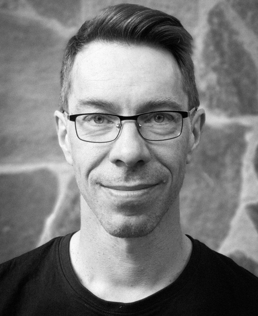 En svartvit porträttbild av Jimmy Elfberg.